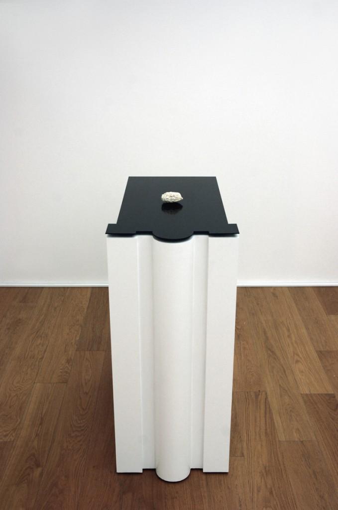 [Electromagnetic fields, sponge, inox 204, phosphor,linoleum, wood pedestal, 130x60x80 cm]