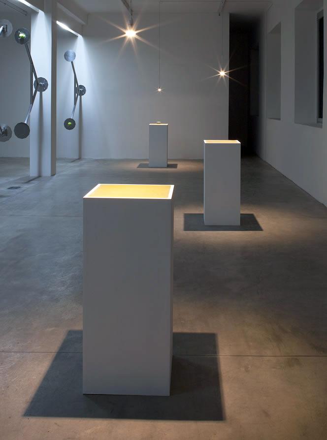 [Electromagnetic levitation field, caucciù, green marble, wood pedestals, 100x43x42 cm]